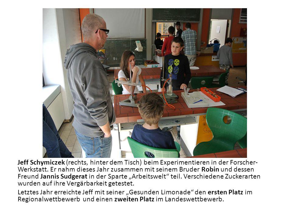 Jeff Schymiczek (rechts, hinter dem Tisch) beim Experimentieren in der Forscher- Werkstatt. Er nahm dieses Jahr zusammen mit seinem Bruder Robin und d
