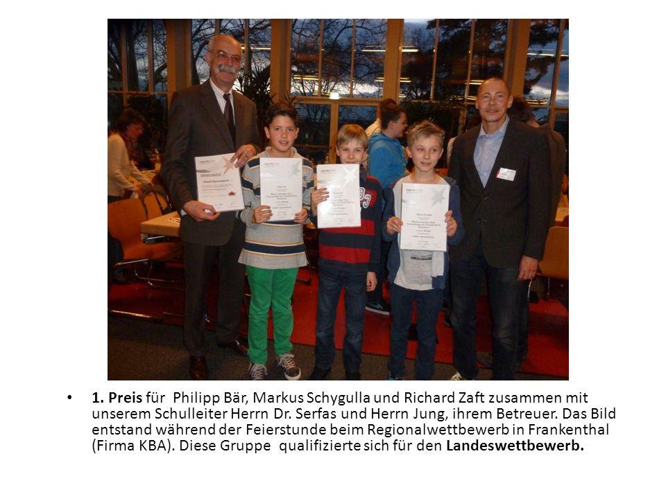1. Preis für Philipp Bär, Markus Schygulla und Richard Zaft zusammen mit unserem Schulleiter Herrn Dr. Serfas und Herrn Jung, ihrem Betreuer. Das Bild