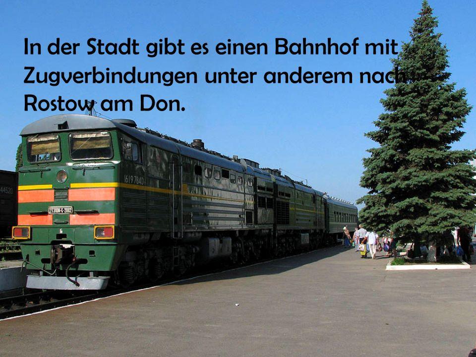 In der Stadt gibt es einen Bahnhof mit Zugverbindungen unter anderem nach Rostow am Don.