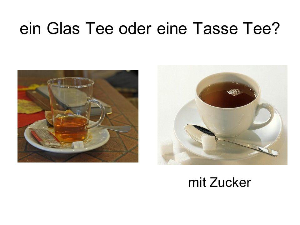 ein Glas Tee oder eine Tasse Tee mit Zucker