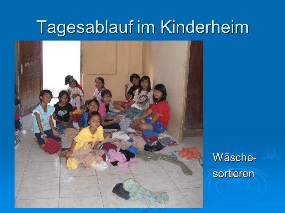 Tagesablauf im Kinderheim Wäsche-sortieren