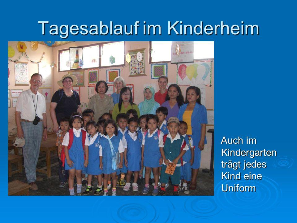 Auch im Kindergarten trägt jedes Kind eine Uniform Auch im Kindergarten trägt jedes Kind eine Uniform