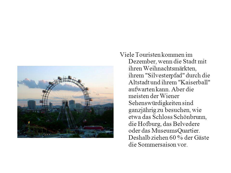 Fiaker kutschieren Gäste durch die zum Weltkulturerbe zählende Innere Stadt, auch Altstadt genannt, in deren Zentrum sich der Stephansdom befindet. Hi