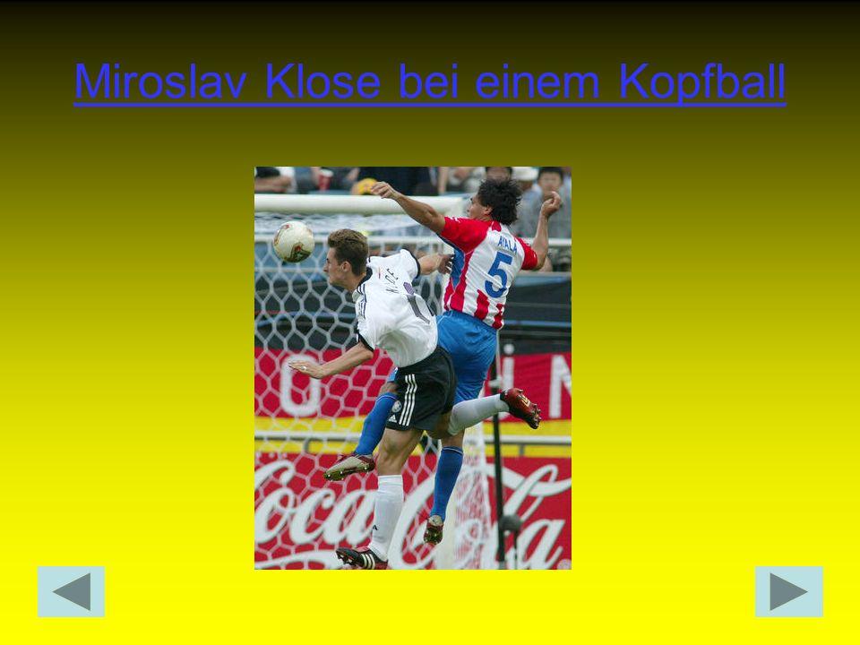 Volleyschuss Der Ball wird in leichter Schregstellung mit dem Spann direkt geschossen