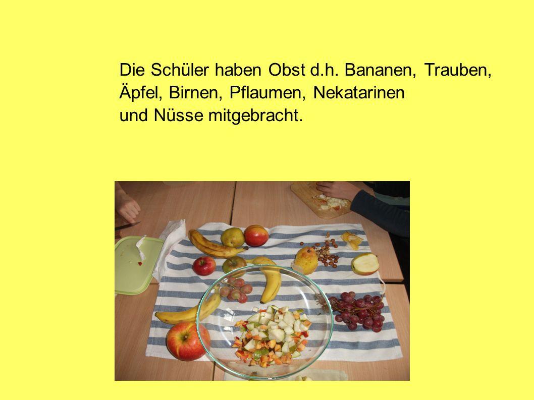 Die Schüler haben Obst d.h. Bananen, Trauben, Äpfel, Birnen, Pflaumen, Nekatarinen und Nüsse mitgebracht.
