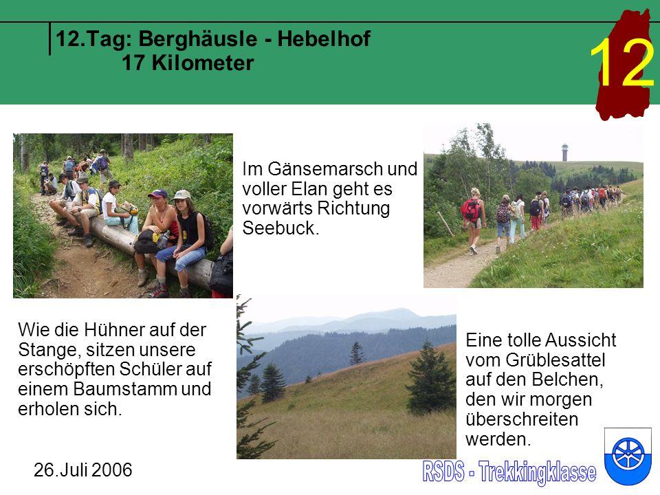 12.Tag: Berghäusle - Hebelhof 17 Kilometer 26.Juli 2006 12 Wie die Hühner auf der Stange, sitzen unsere erschöpften Schüler auf einem Baumstamm und erholen sich.