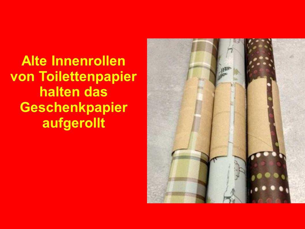 Alte Innenrollen von Toilettenpapier halten das Geschenkpapier aufgerollt