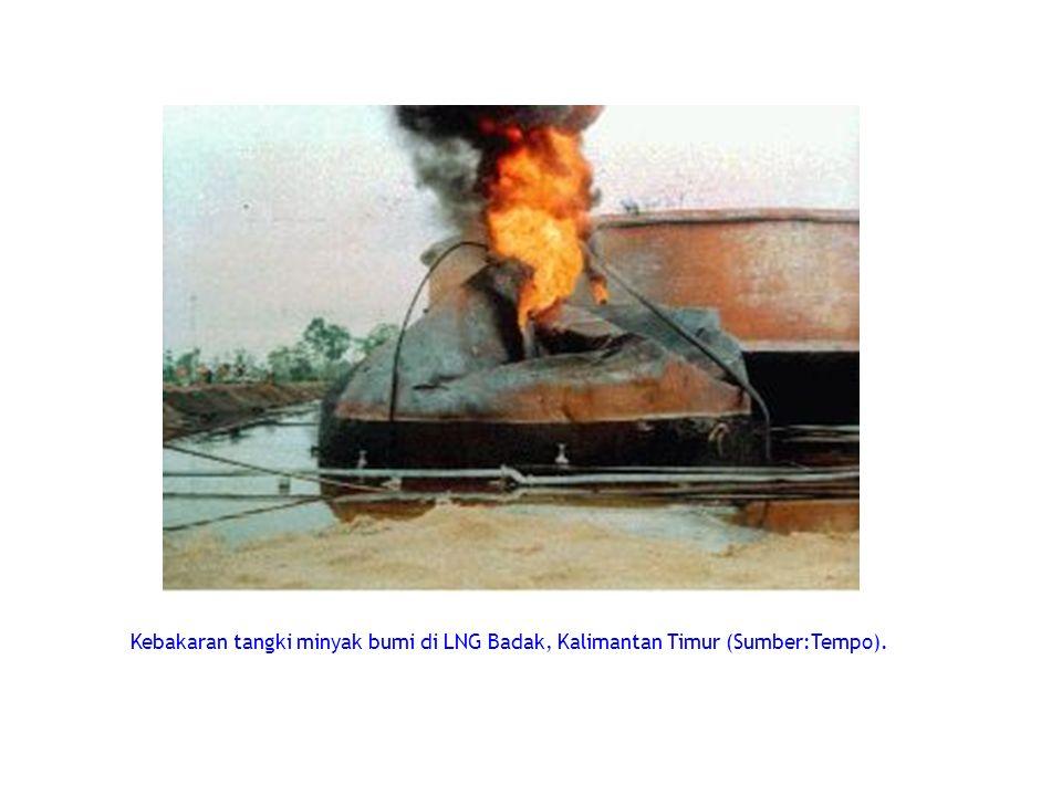 Kebakaran tangki minyak bumi di LNG Badak, Kalimantan Timur (Sumber:Tempo).