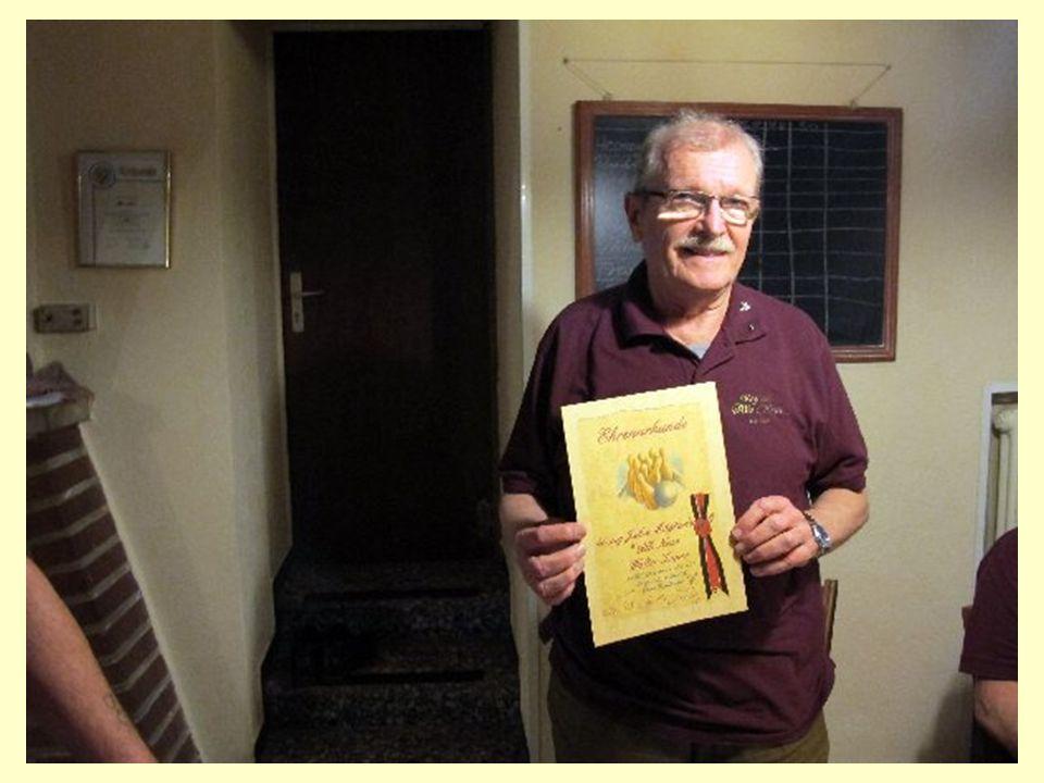 Kegelbruder Walter wird mit einer Ehrenurkunde geehrt