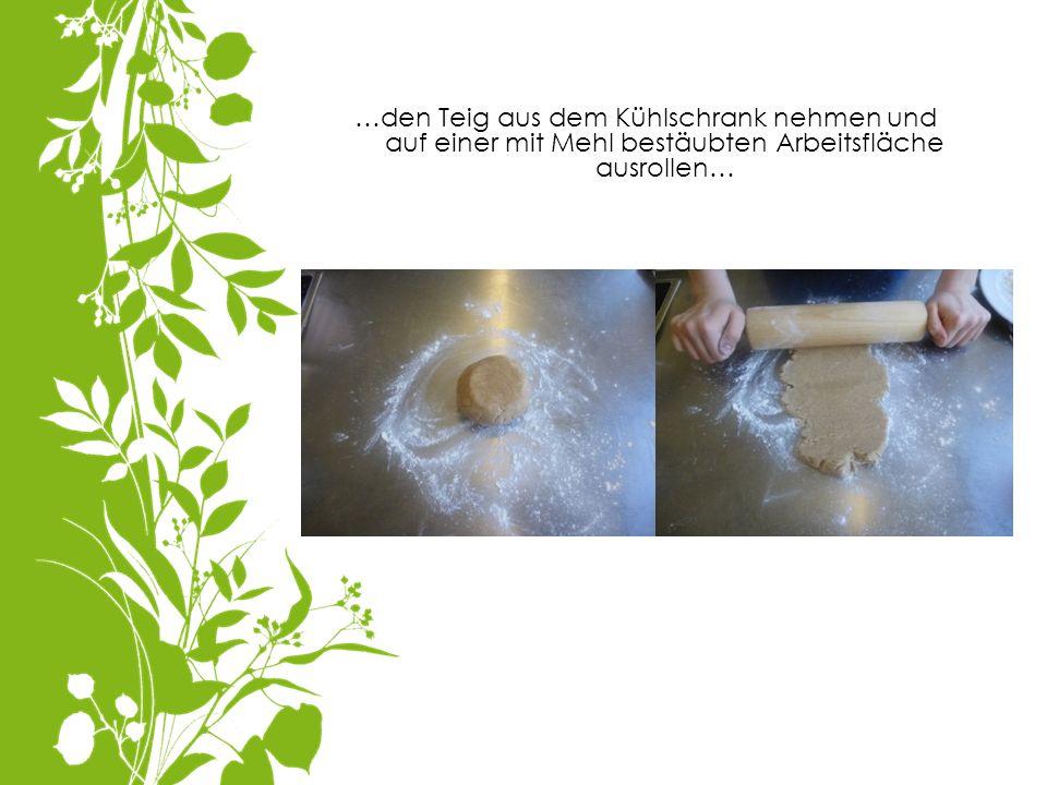 …den Teig aus dem Kühlschrank nehmen und auf einer mit Mehl bestäubten Arbeitsfläche ausrollen…