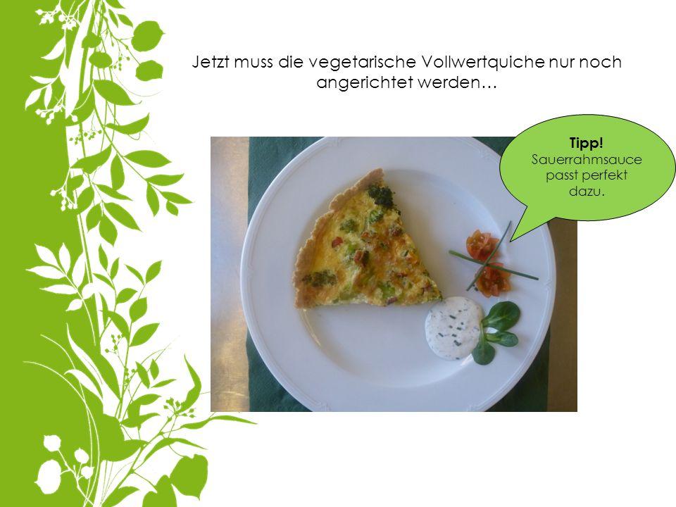 Jetzt muss die vegetarische Vollwertquiche nur noch angerichtet werden… Tipp! Sauerrahmsauce passt perfekt dazu.