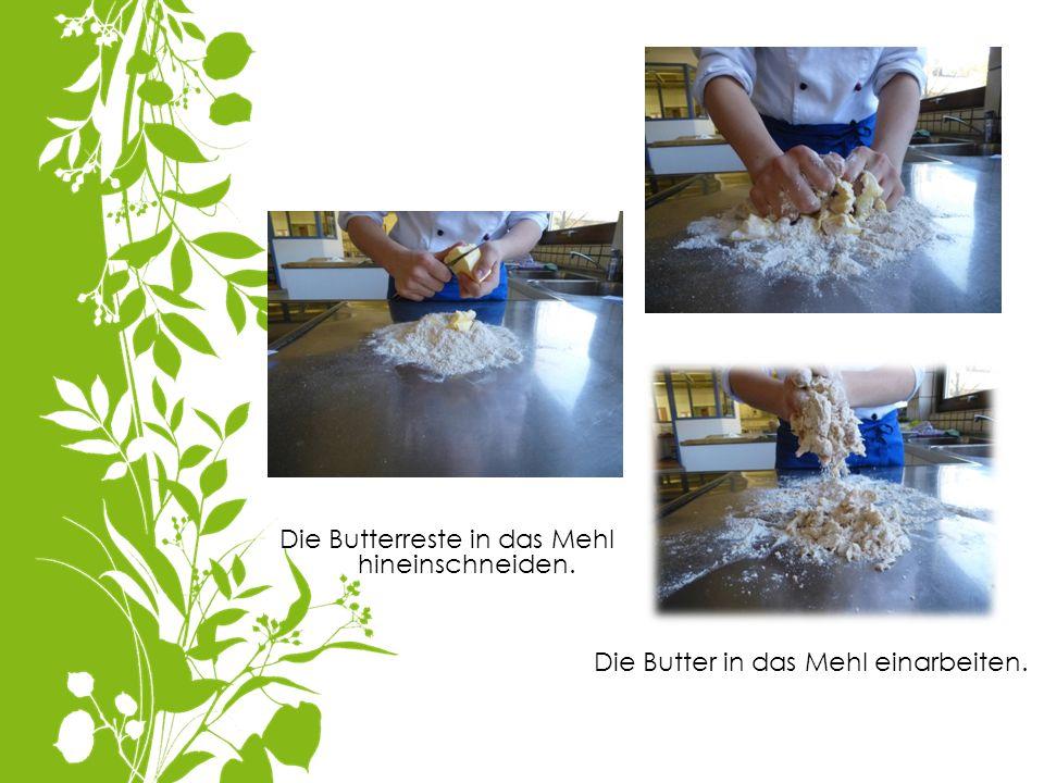 Die Butterreste in das Mehl hineinschneiden. Die Butter in das Mehl einarbeiten.