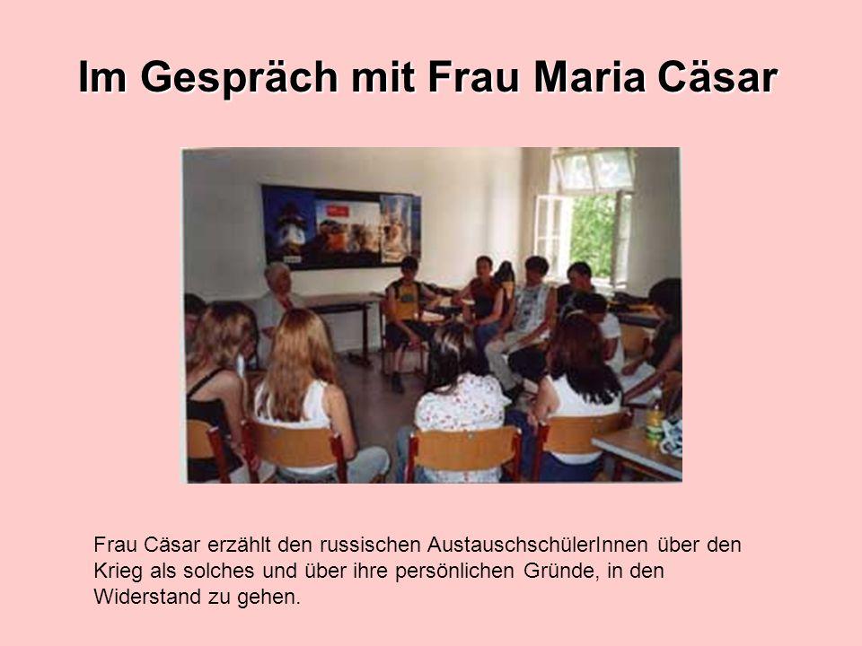 Im Gespräch mit Frau Maria Cäsar Frau Cäsar erzählt den russischen AustauschschülerInnen über den Krieg als solches und über ihre persönlichen Gründe,