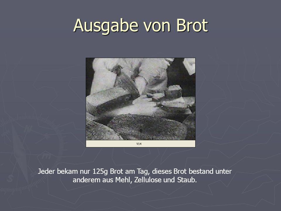 Ausgabe von Brot Jeder bekam nur 125g Brot am Tag, dieses Brot bestand unter anderem aus Mehl, Zellulose und Staub.