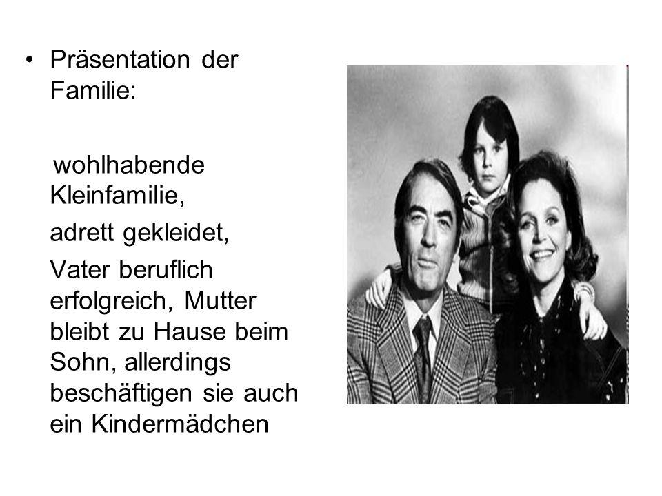 Präsentation der Familie: wohlhabende Kleinfamilie, adrett gekleidet, Vater beruflich erfolgreich, Mutter bleibt zu Hause beim Sohn, allerdings beschä