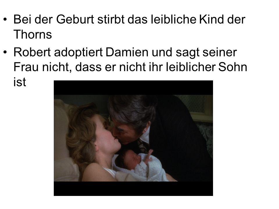 Bei der Geburt stirbt das leibliche Kind der Thorns Robert adoptiert Damien und sagt seiner Frau nicht, dass er nicht ihr leiblicher Sohn ist