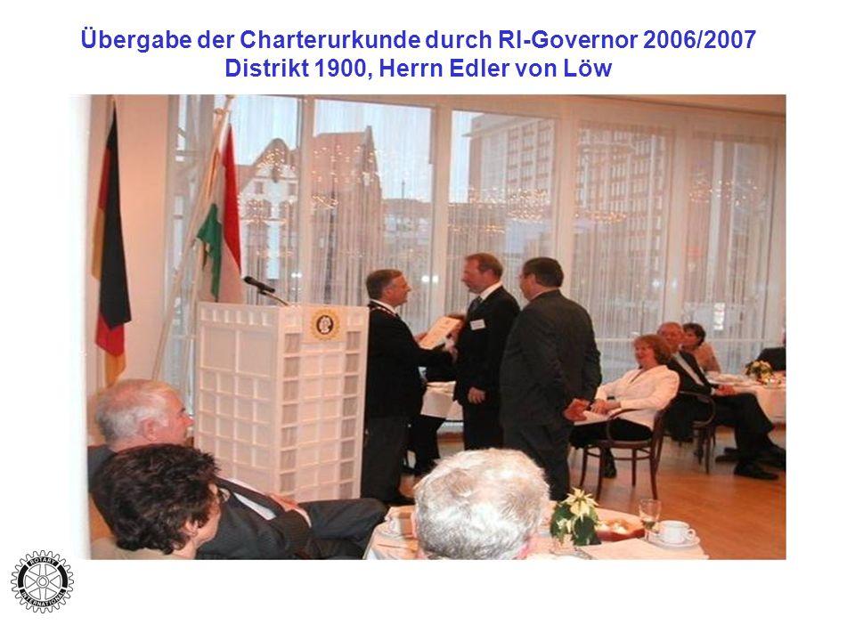 Übergabe der Charterurkunde durch RI-Governor 2006/2007 Distrikt 1900, Herrn Edler von Löw