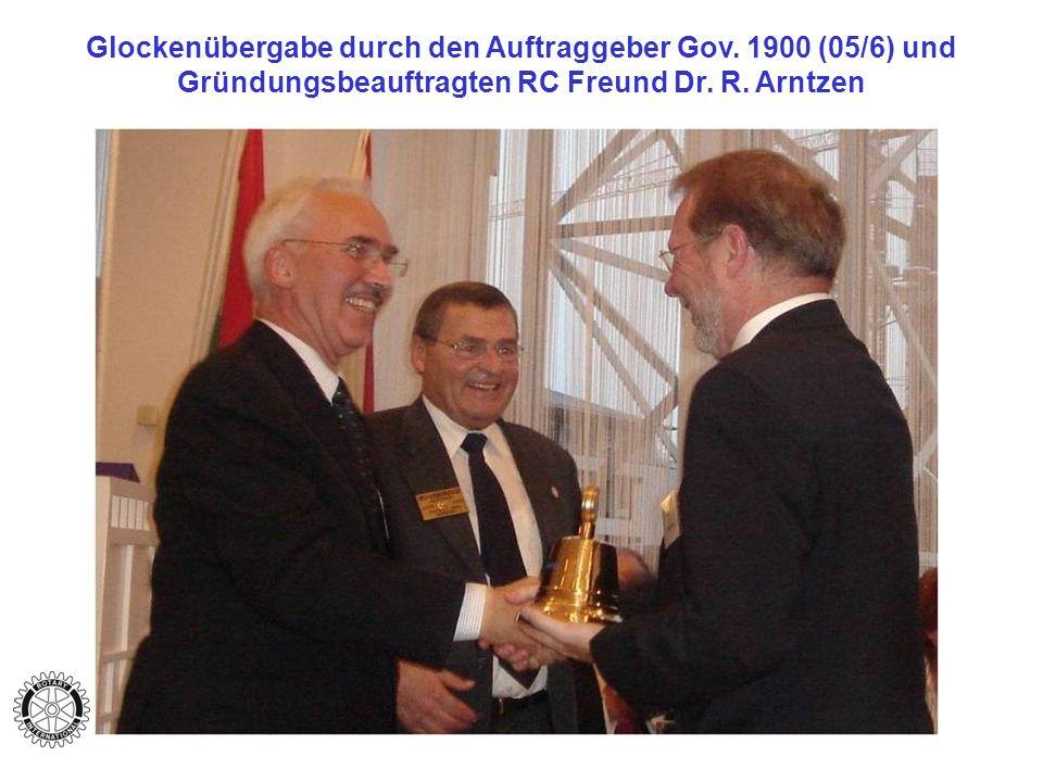 Glockenübergabe durch den Auftraggeber Gov.1900 (05/6) und Gründungsbeauftragten RC Freund Dr.
