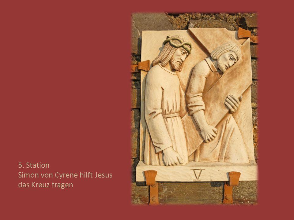 5. Station Simon von Cyrene hilft Jesus das Kreuz tragen