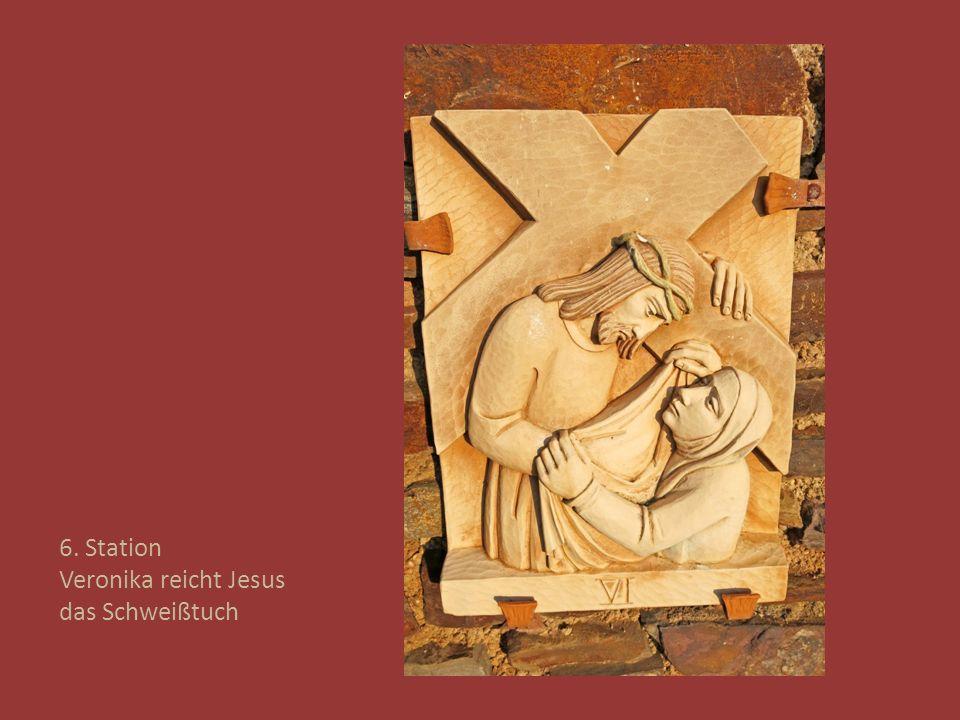 6. Station Veronika reicht Jesus das Schweißtuch