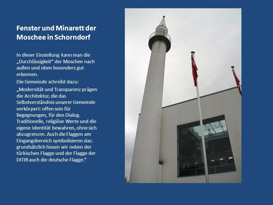 Fenster und Minarett der Moschee in Schorndorf In dieser Einstellung kann man die Durchlässigkeit der Moschee nach außen und oben besonders gut erkennen.