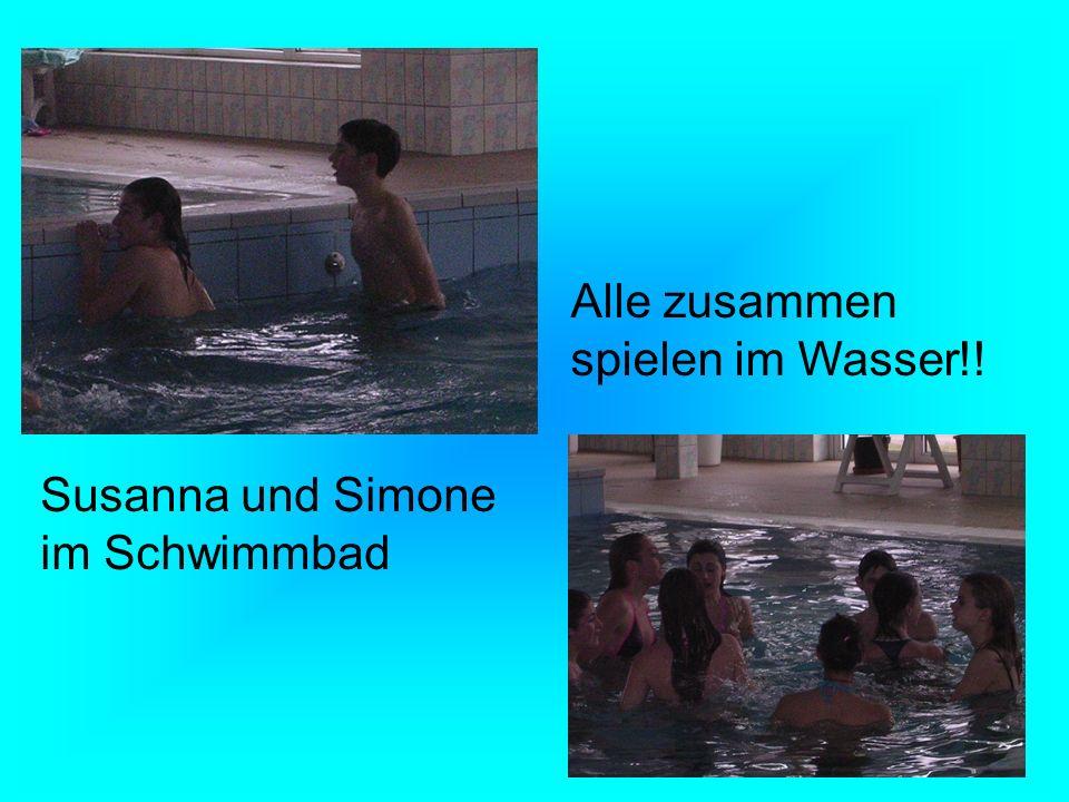 Susanna und Simone im Schwimmbad Alle zusammen spielen im Wasser!!