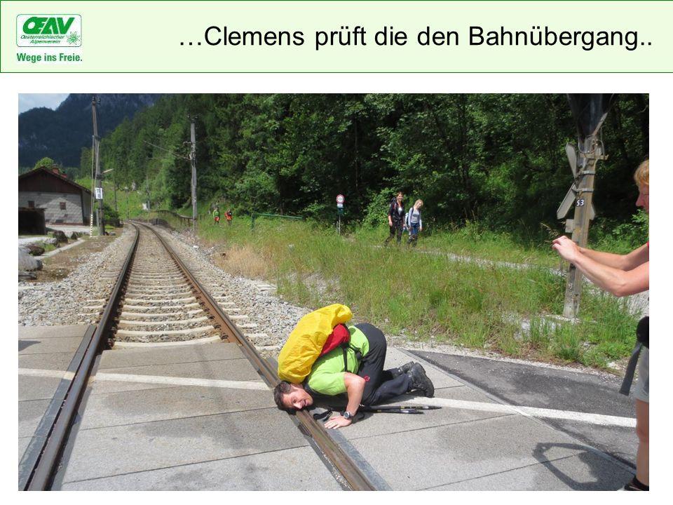 …Clemens prüft die den Bahnübergang..