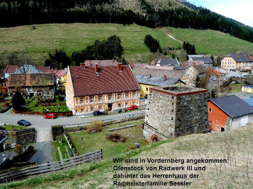 Wir sind in Vordernberg angekommen: Ofenstock von Radwerk III und dahinter das Herrenhaus der Radmeisterfamilie Sessler