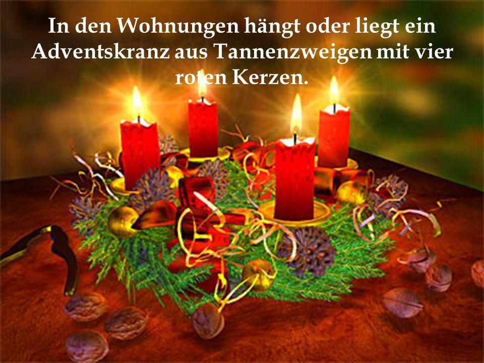 In den Wohnungen hängt oder liegt ein Adventskranz aus Tannenzweigen mit vier roten Kerzen.
