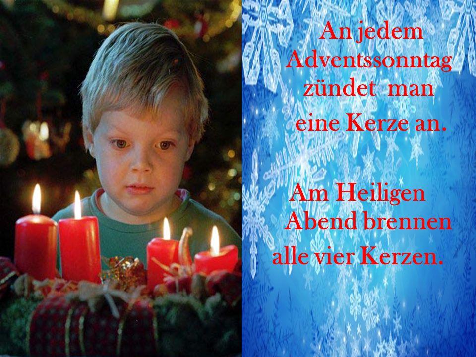 An jedem Adventssonntag zündet man eine Kerze an. Am Heiligen Abend brennen alle vier Kerzen.