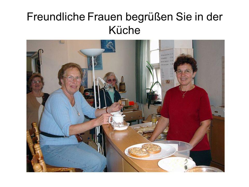 Freundliche Frauen begrüßen Sie in der Küche