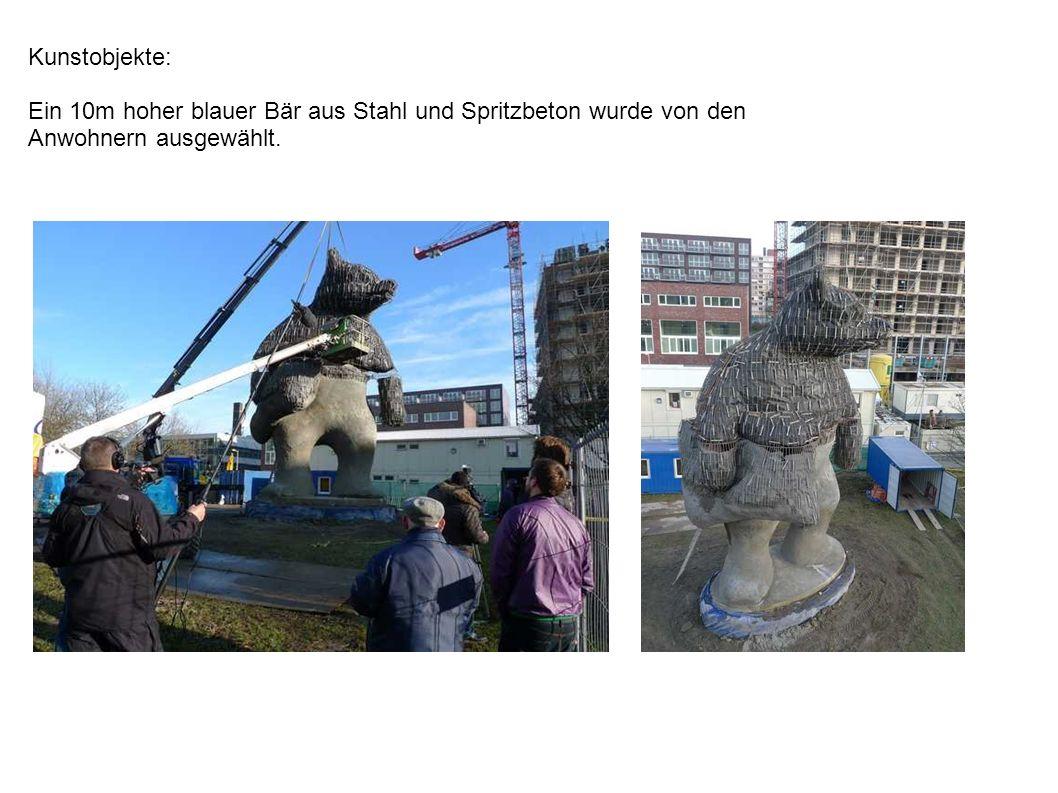 Kunstobjekte: Ein 10m hoher blauer Bär aus Stahl und Spritzbeton wurde von den Anwohnern ausgewählt.