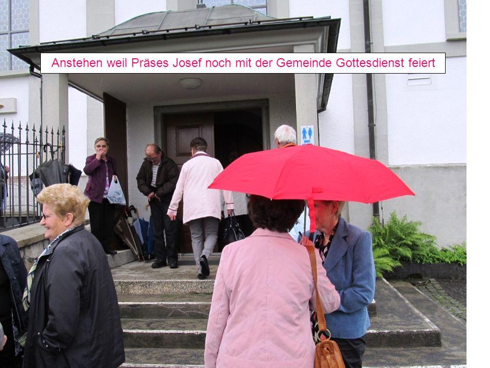 Anstehen weil Präses Josef noch mit der Gemeinde Gottesdienst feiert