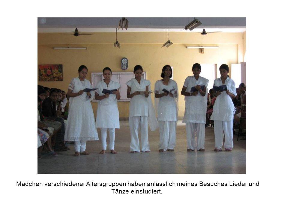 Mädchen verschiedener Altersgruppen haben anlässlich meines Besuches Lieder und Tänze einstudiert.
