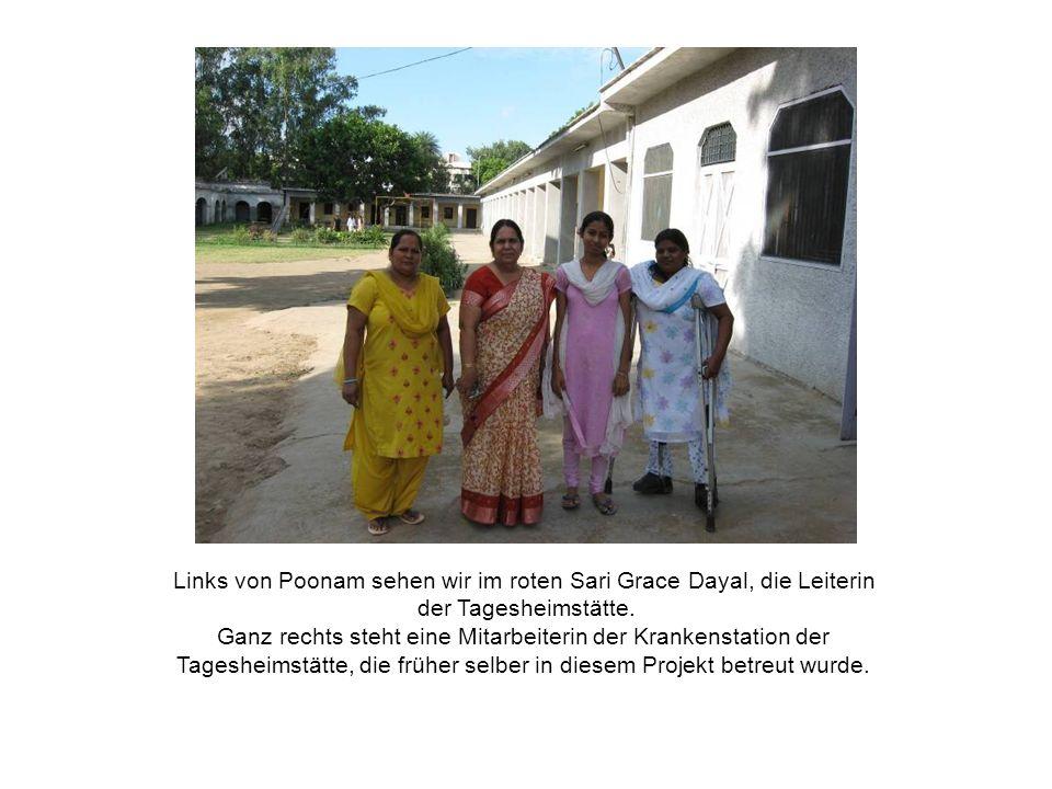 Links von Poonam sehen wir im roten Sari Grace Dayal, die Leiterin der Tagesheimstätte.