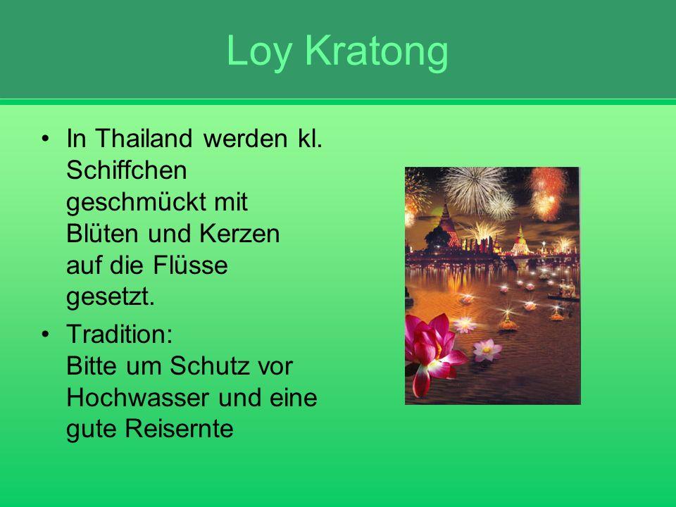 Loy Kratong In Thailand werden kl. Schiffchen geschmückt mit Blüten und Kerzen auf die Flüsse gesetzt. Tradition: Bitte um Schutz vor Hochwasser und e