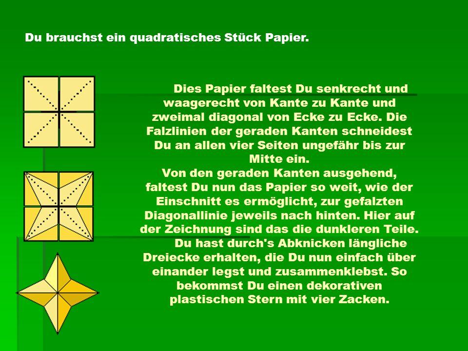 Du brauchst ein quadratisches Stück Papier. Dies Papier faltest Du senkrecht und waagerecht von Kante zu Kante und zweimal diagonal von Ecke zu Ecke.