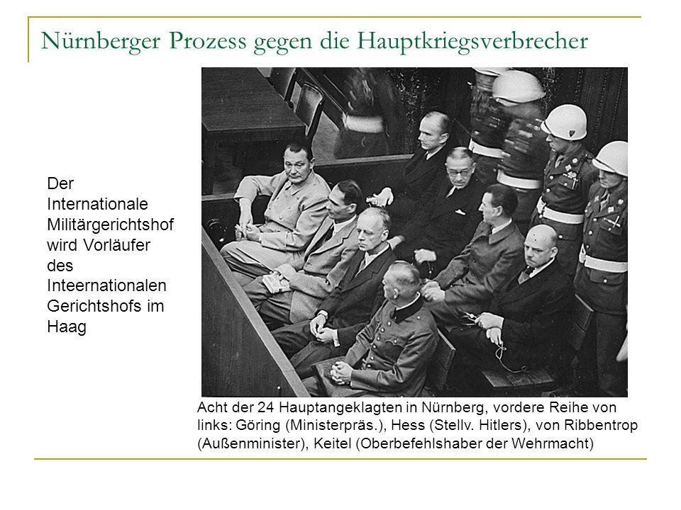 Nürnberger Prozess gegen die Hauptkriegsverbrecher Acht der 24 Hauptangeklagten in Nürnberg, vordere Reihe von links: Göring (Ministerpräs.), Hess (Stellv.