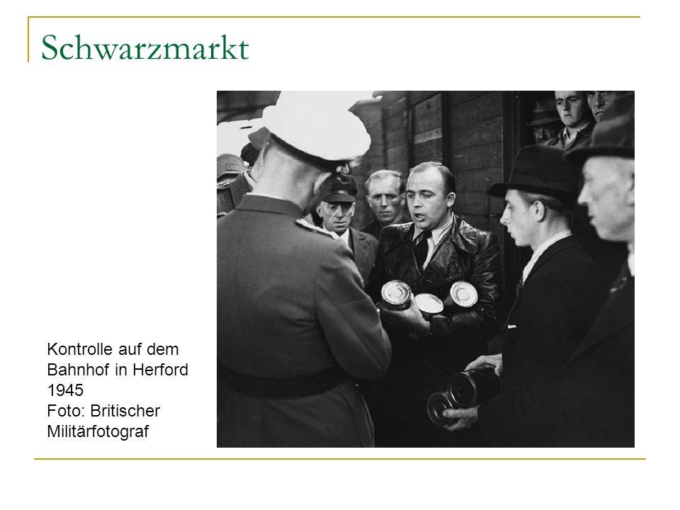 Schwarzmarkt Kontrolle auf dem Bahnhof in Herford 1945 Foto: Britischer Militärfotograf