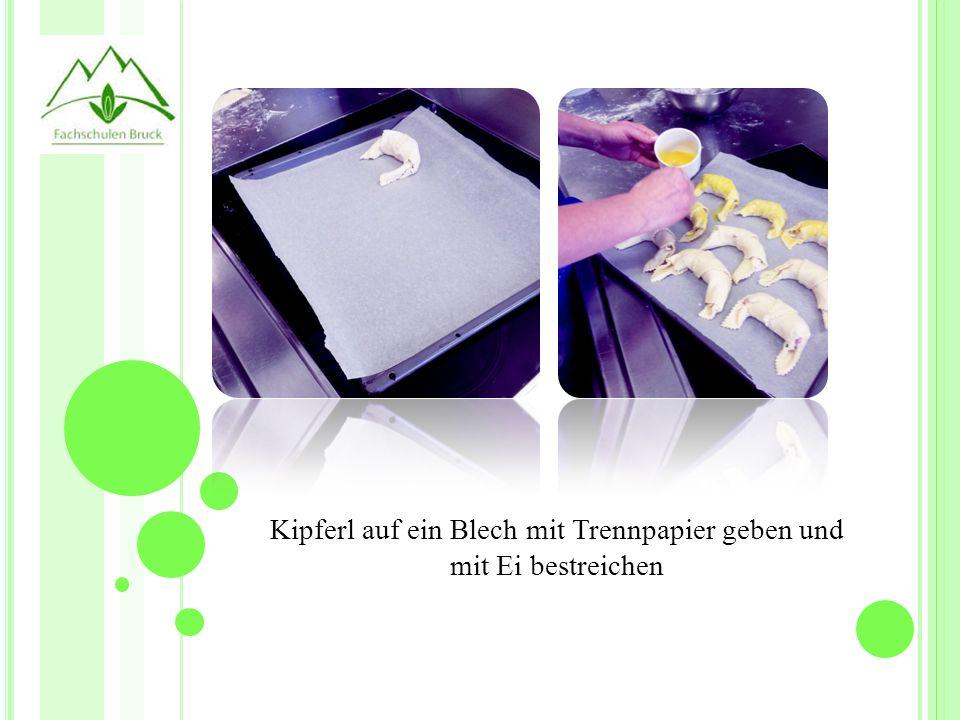 Kipferl auf ein Blech mit Trennpapier geben und mit Ei bestreichen