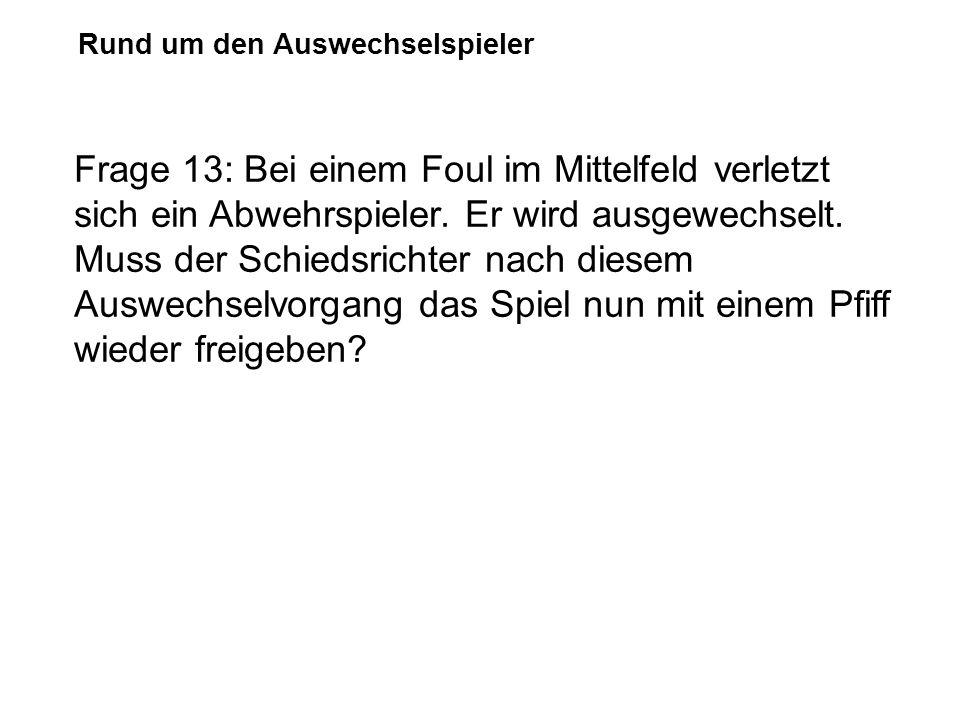 Rund um den Auswechselspieler Frage 13: Bei einem Foul im Mittelfeld verletzt sich ein Abwehrspieler. Er wird ausgewechselt. Muss der Schiedsrichter n