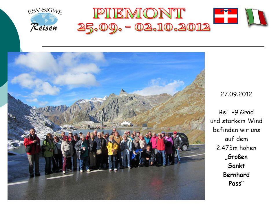 27.09.2012 Bei +9 Grad und starkem Wind befinden wir uns auf dem 2.473m hohen Großen Sankt Bernhard Pass