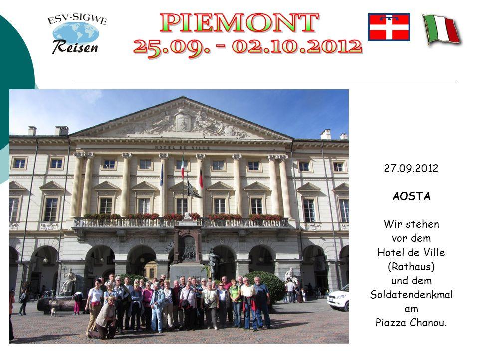 27.09.2012 AOSTA Wir stehen vor dem Hotel de Ville (Rathaus) und dem Soldatendenkmal am Piazza Chanou.