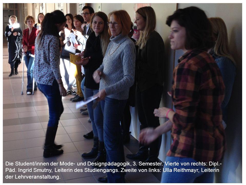 Die Student/innen der Mode- und Designpädagogik, 3. Semester. Vierte von rechts: Dipl.- Päd. Ingrid Smutny, Leiterin des Studiengangs. Zweite von link