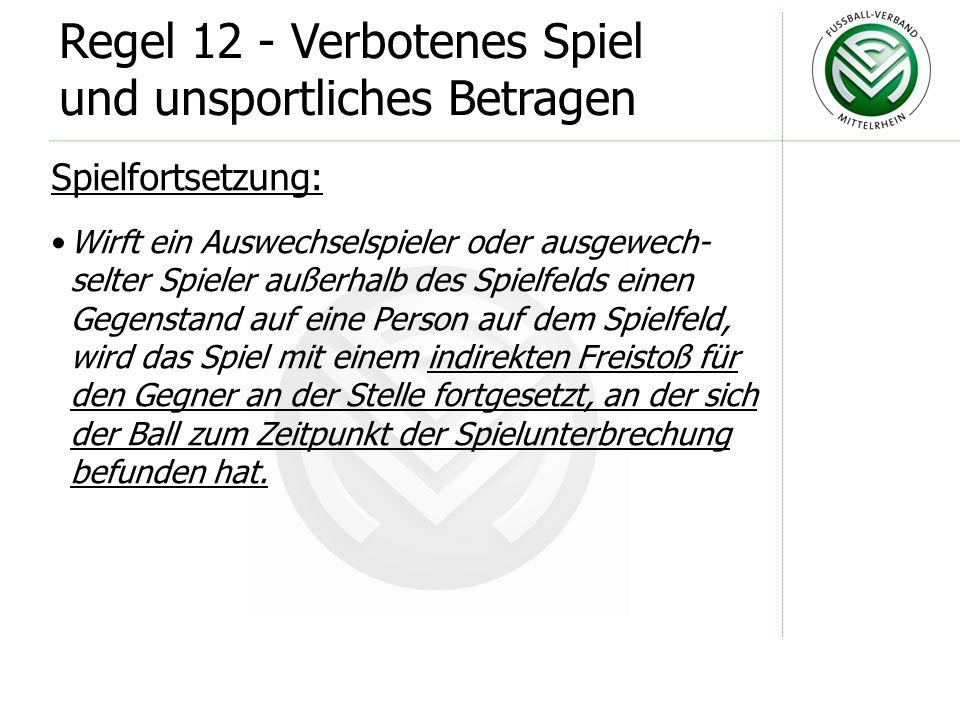 Regel 12 - Verbotenes Spiel und unsportliches Betragen Spielfortsetzung: Wirft ein Spieler auf dem Spielfeld einen Gegen- stand auf eine Person außerh