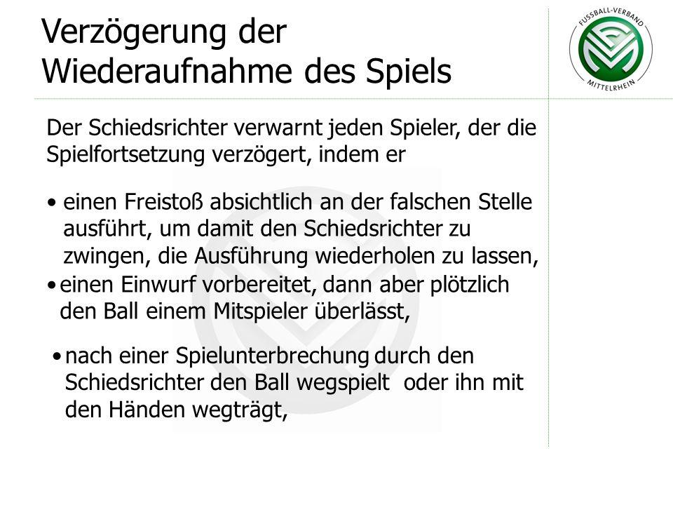 Wegspielen des Balles: Betritt ein Auswechselspieler oder ausgewech- selter Spieler unerlaubt das Spielfeld und erreicht durch das Wegspielen des Ball