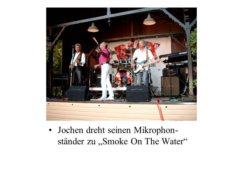 Jochen dreht seinen Mikrophon- ständer zu Smoke On The Water