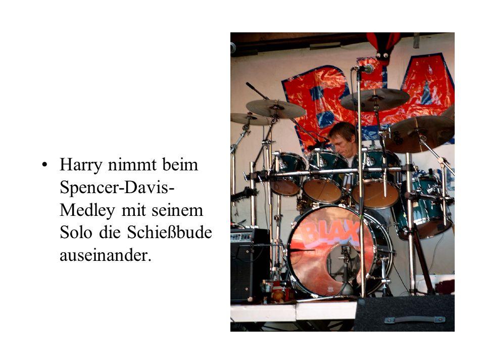 Harry nimmt beim Spencer-Davis- Medley mit seinem Solo die Schießbude auseinander.