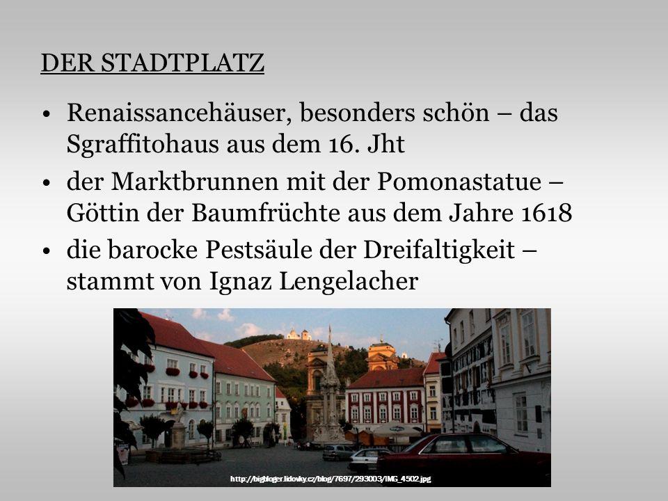 DER STADTPLATZ Renaissancehäuser, besonders schön – das Sgraffitohaus aus dem 16. Jht der Marktbrunnen mit der Pomonastatue – Göttin der Baumfrüchte a