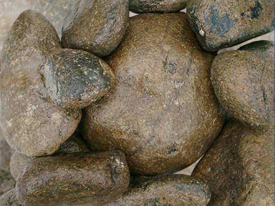 Steinigung heisst: Die Frau bis zu den Schultern in der Erde zu begraben und sie solange mit Steinen zu bewerfen, bis sie einen schmerzvollen Tod erleidet.